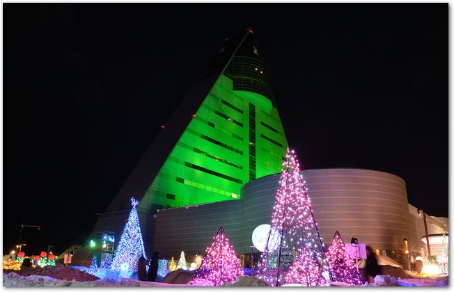イルミネーションが輝くあおもり雪灯りまつりの会場の建物