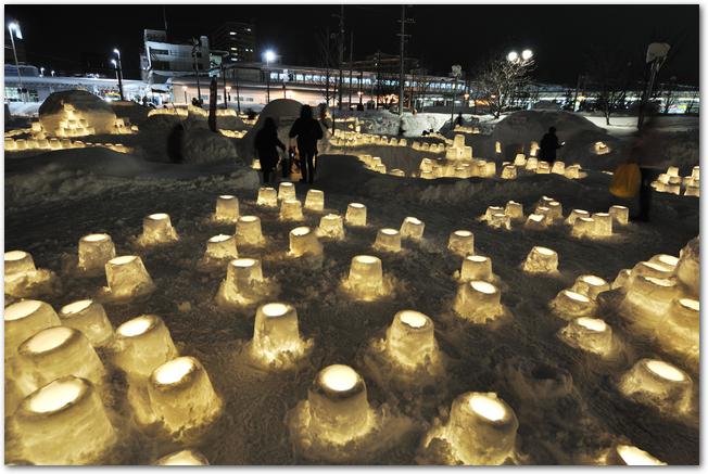 夜のあおもり雪灯りまつりの会場に置かれたキャンドルたち