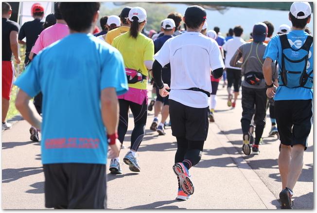 マラソン大会で走るたくさんのランナーの後ろ姿