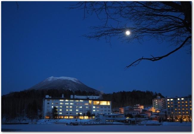 月が出ている阿寒湖温泉の夜景