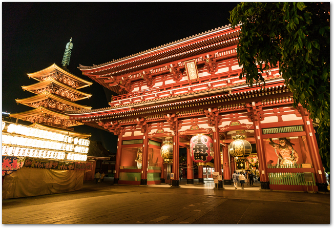 ライトアップされた浅草寺の五重塔と宝蔵門