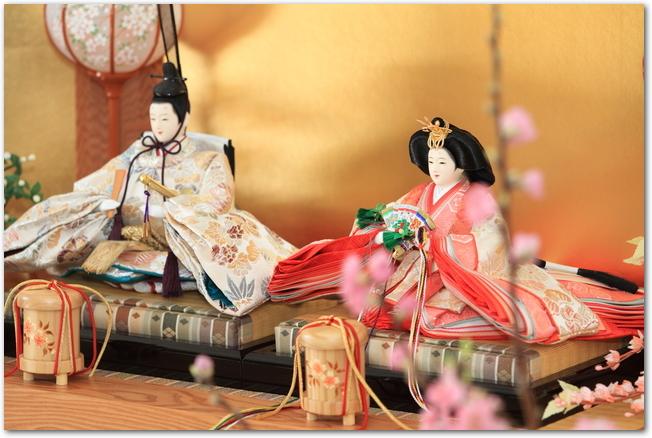 金屏風の前に飾られている男雛と女雛の様子