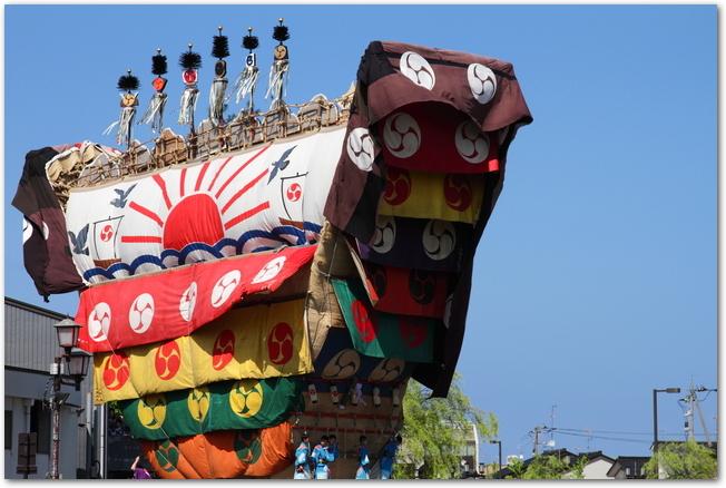 青空を背景に映る青柏祭のデカ山