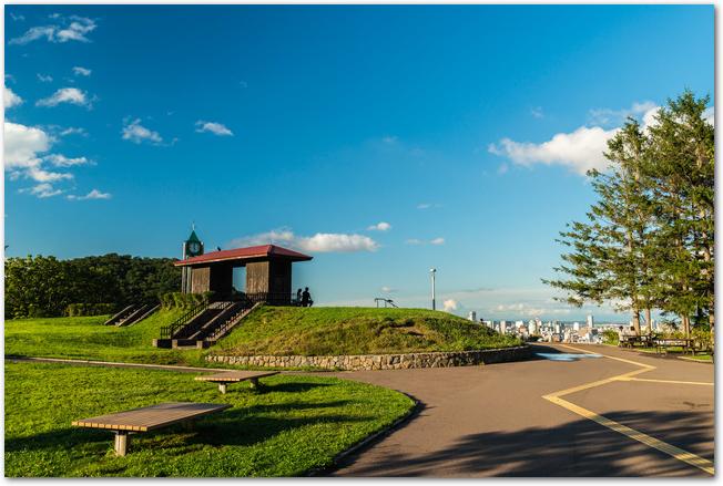 晴れた日の旭山公園の芝生の光景