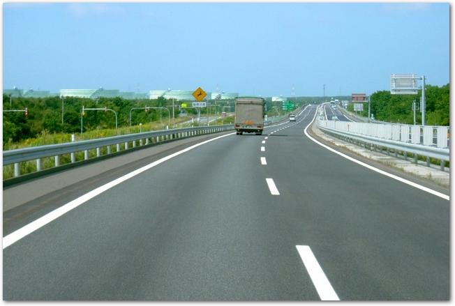 晴れた日の北海道内の空いている高速道路の様子