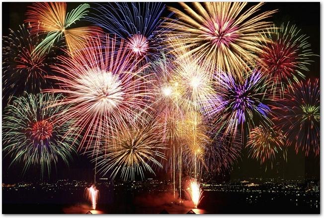 たくさん打ち上げられている色とりどりの打ち上げ花火