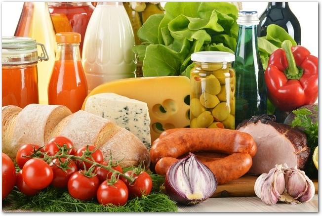 様々な乳製品や野菜・果物や肉などの食品