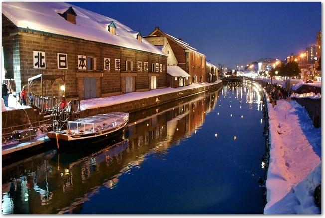 ライトアップされた小樽運河の夜景