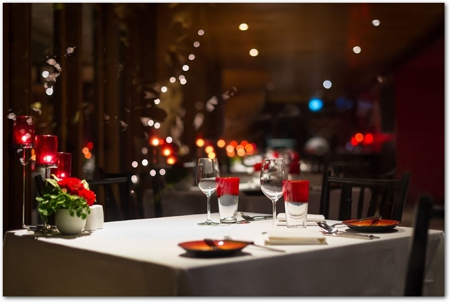 クリスマスの飾りつけがされた夜景が見えるレストランのテーブル