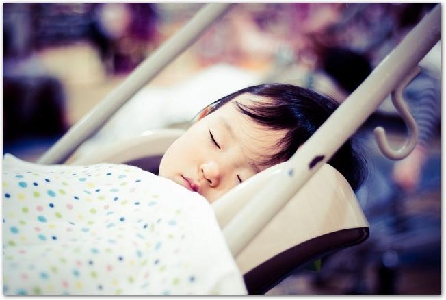 ベビーカーで赤ちゃんが眠っている様子
