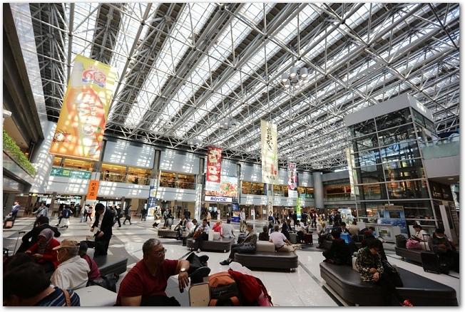 たくさんの人がいる新千歳空港内の様子
