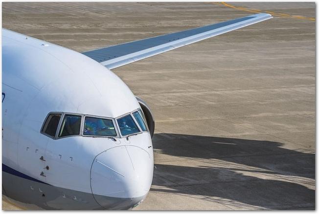 空港に着陸している旅客機を前から見た光景