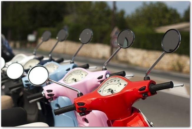 カラフルなバイクが横一列に並んでいる様子
