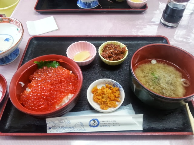 夏期のみ営業している礼文島の「あとい」という食堂で食べる事ができるイクラ丼です。価格はリーズナブルなので訪れた際には是非食べてみて下さい