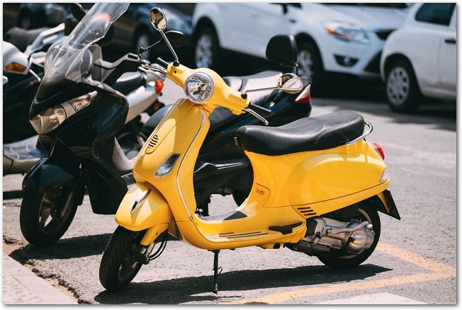 道路に停めてある黄色のバイク