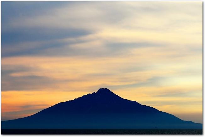 夕焼けに染まった空と山が見える利尻島の風景