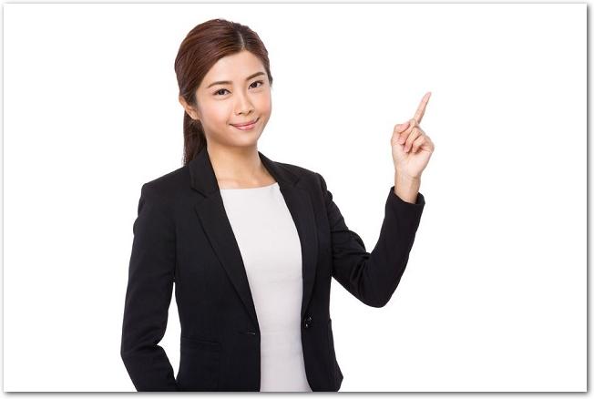 指をさすスーツ姿の女性の様子