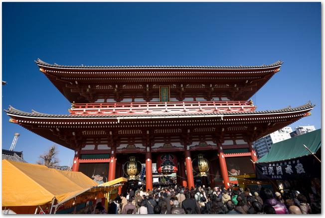 初詣でごったがえす浅草寺の様子