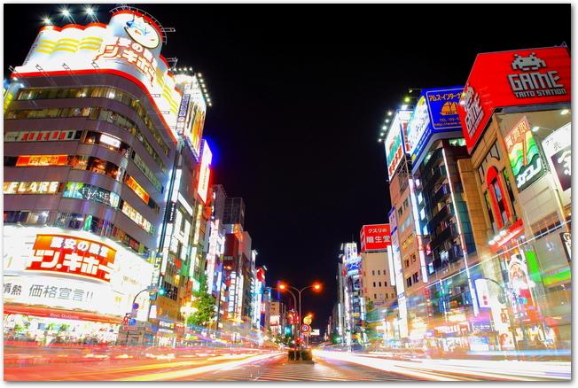 夜の歌舞伎町の街並みの様子