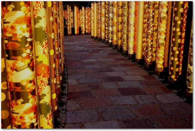 嵐山花灯路の和風ライトアップの様子