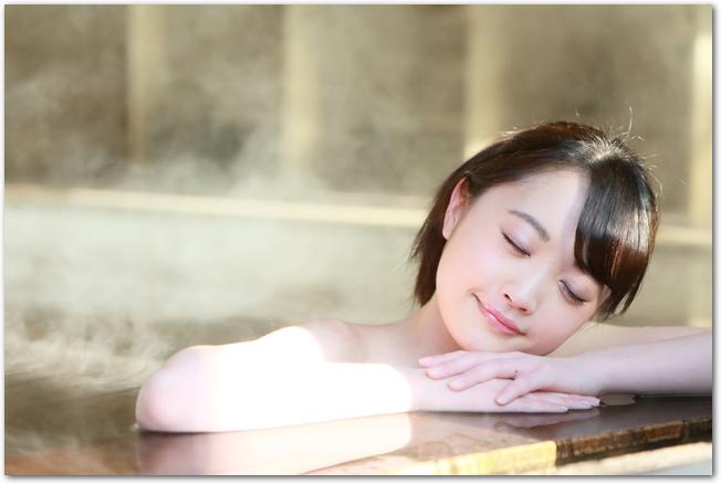 温泉につかってのんびりする女性の様子