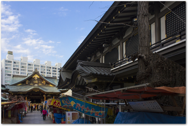 湯島天神の参道に並ぶ屋台の様子