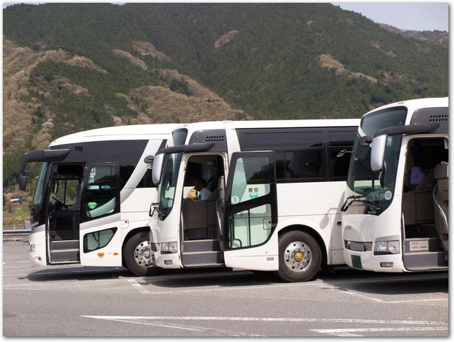 駐車場に停まるたくさんの観光バス