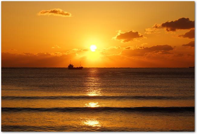 海から昇ってくる初日の出の様子