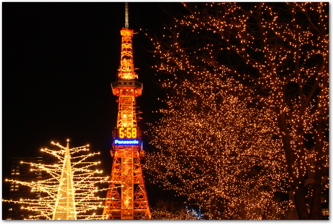 さっぽろ雪まつり開催中のテレビ塔と氷像の夜の様子