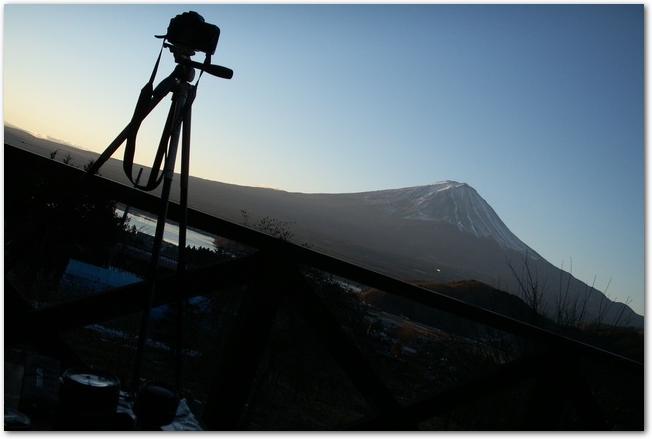カメラと三脚のシルエット