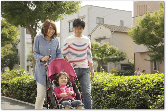 ベビーカーに乗る赤ちゃんと両親の様子