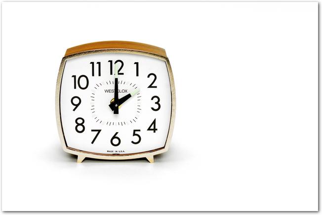 14時を指す置時計