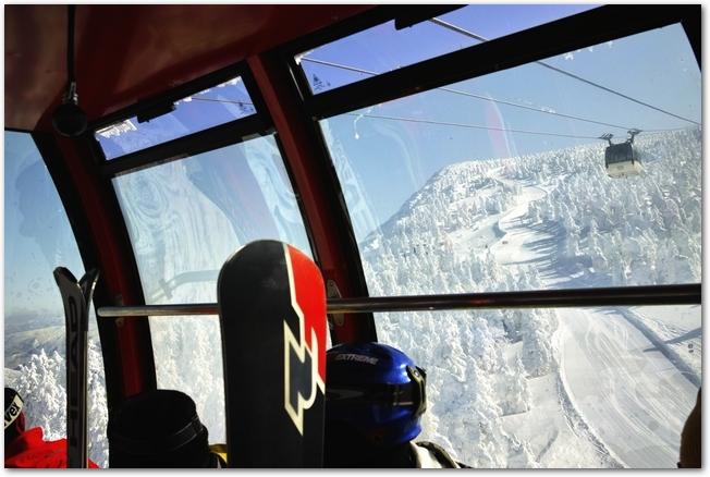 ロープウェイの中から眺める蔵王の樹氷