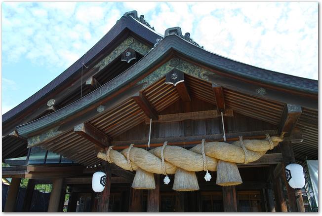 出雲大社のしめ縄がかけられた拝殿の様子