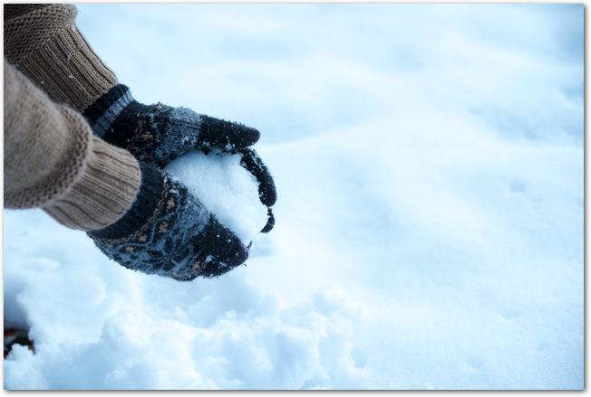 雪玉を作っている手元の様子