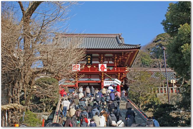 初詣で混雑する鶴岡八幡宮の様子