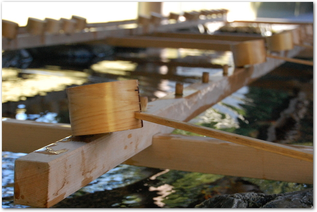 伊勢神宮の手水舎と柄杓の様子