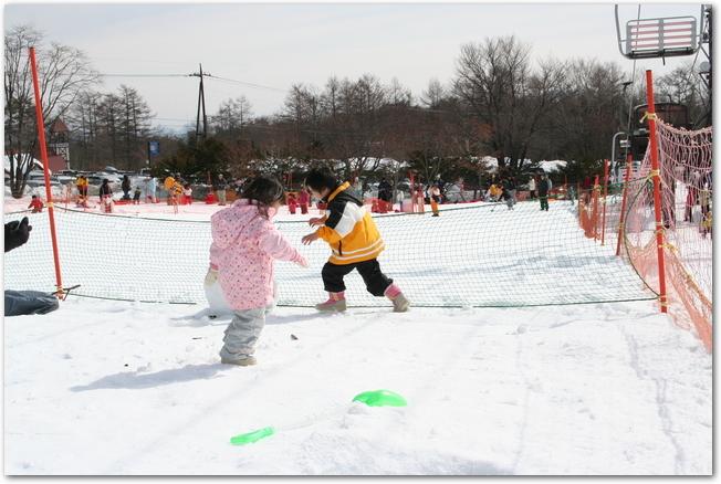 雪合戦の試合をする子どもの様子