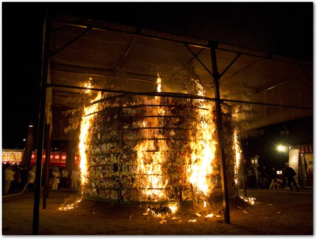 火炉祭りで火柱があがる様子