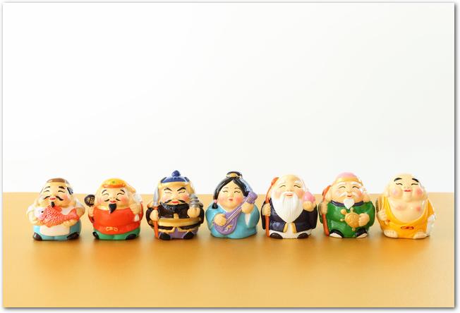 七福神の人形が並んでいる様子