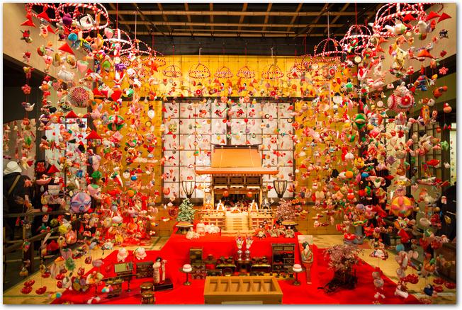 稲取温泉の雛のつるし飾りと雛人形