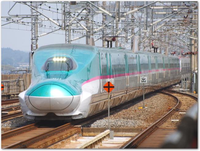 東北新幹線E5系を斜め前方から見た様子
