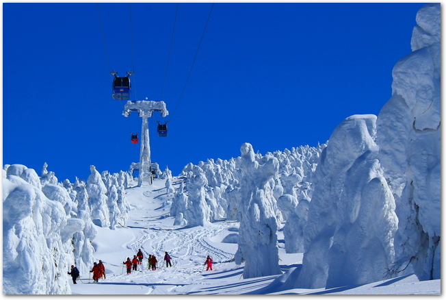 蔵王温泉スキー場のロープウェイと樹氷