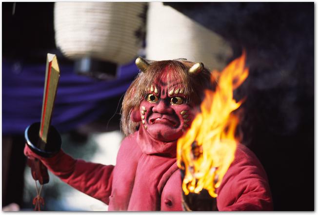 追儺の儀式の赤鬼の様子