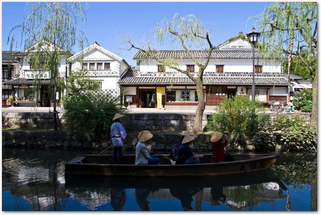 倉敷美観地区の白壁の街並みと倉敷川を下る渡し舟
