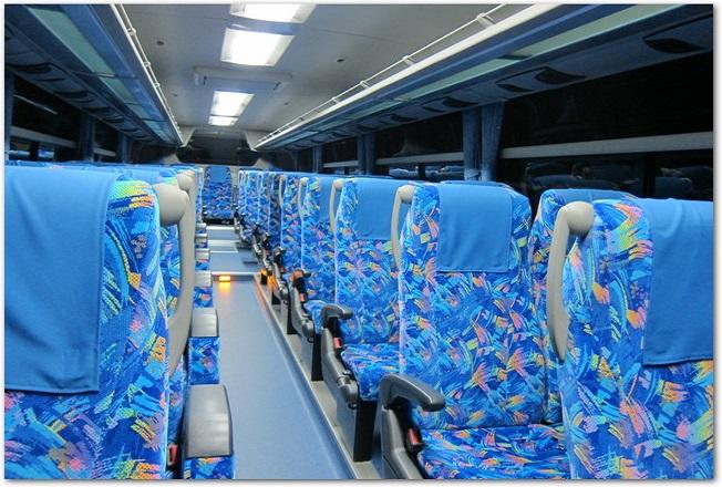 観光バスの車内のシートの様子