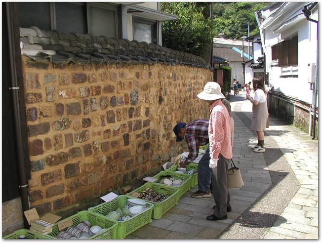 有田陶器市で陶器を見る買い物客の様子