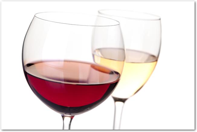 グラスに入った赤と白のワイン