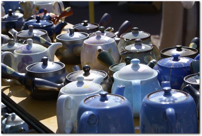 有田陶器市に陳列されているたくさんの急須