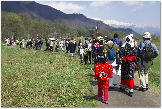 塩の道祭りで道路を歩く沢山の人々の列